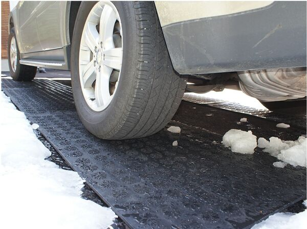 hotflake 2 Floormat.com Canadian designed, HOTflake™'s anti-slip, inter-connectible heating mats are manufactured in 100 percent virgin, moulded SBR rubber. The patented, waterproof heated wiring embedded within the mats melt snow and ice ON CONTACT, thereby protecting you from slips and fall accidents. <b>(GFCI Power Cord not included.)</b> <ul> <li>These mats can connect up to 10 (120V) or 20 (240V) rubber stair treads, up to 5 (120V) or 10 (240V) rubber doormats and landing mats AND up to 4 (120V) or 8 (240V) walkway and driveway mats.</li> <li>In any combination, connections should not exceed 15 amps per GFCI. HOTflake™ heats up to 54 degrees Celsius or 130 degrees Fahrenheit in five minutes!</li> <li>GFCI Power Cord not included.</li> </ul>